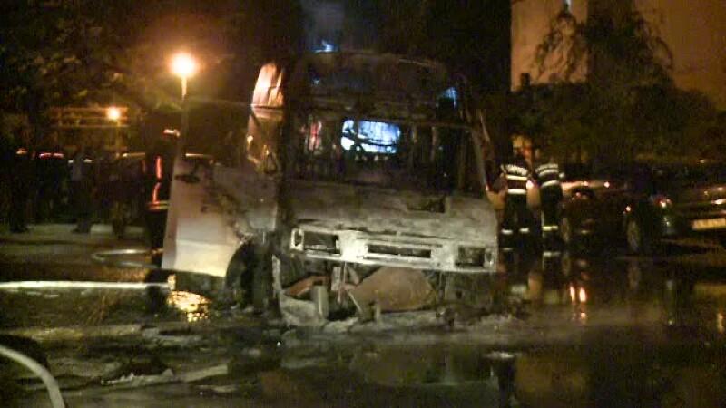 O masina s-a facut scrum, in Capitala. A fost nevoie de interventia a doua autospeciale pentru stingerea incendiului