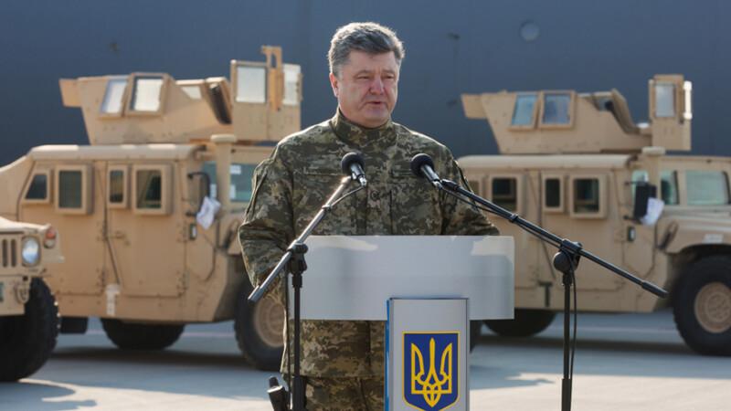 presedintele Ucrainei Petro Porosenko in uniforma, in fata unor Humvee-uri