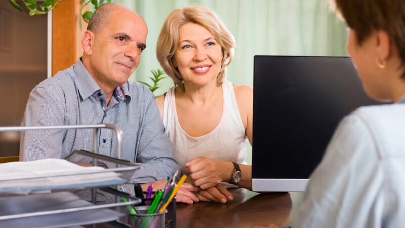 cuplu de varstnici la notar, ca sa isi scrie testamentul