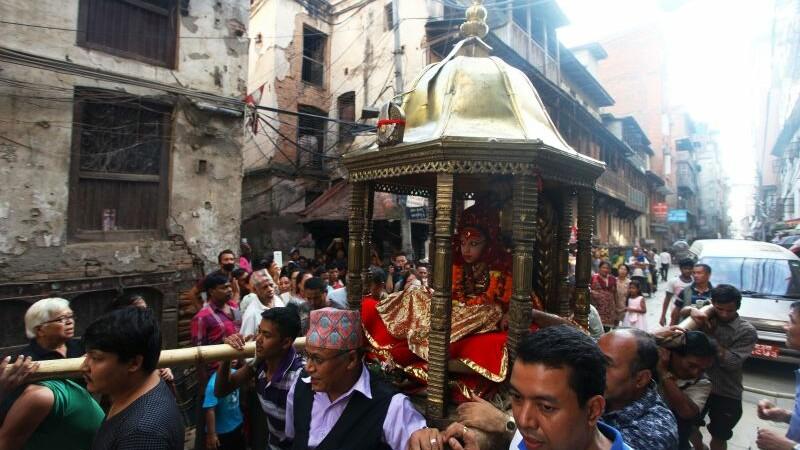 Are sapte ani, dar este venerata ca o adevarata zeita a frumusetii in Nepal. Trasaturile care au scos-o din anonimat