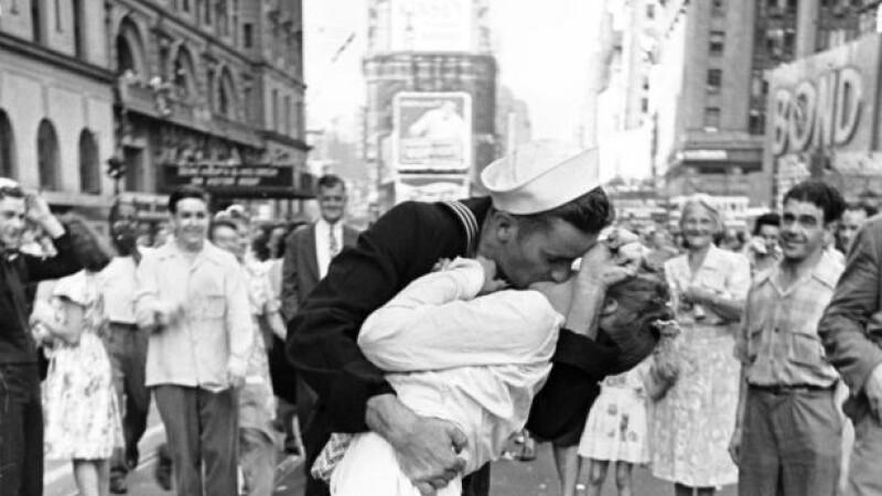 Marinar care saruta o asistenta medicala