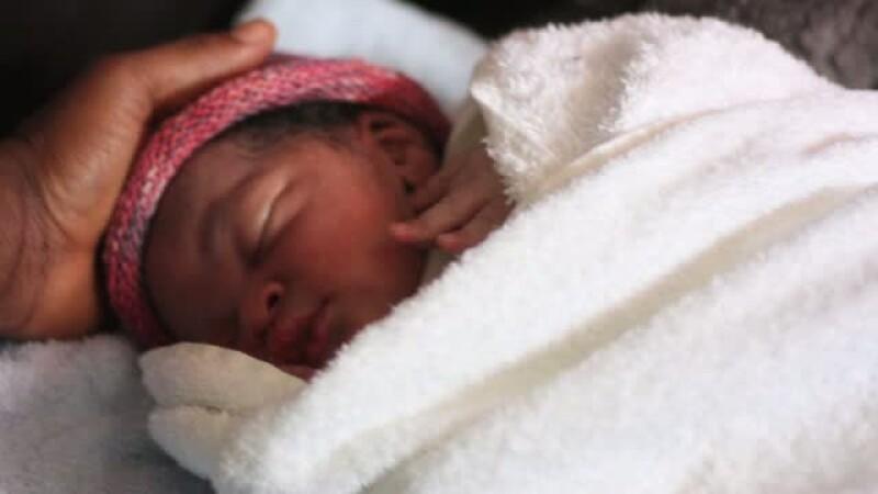 Bebelus nascut pe o barca plina cu refugiati, in mijlocul Mediteranei. Ce nationalitate va avea micutul Newman