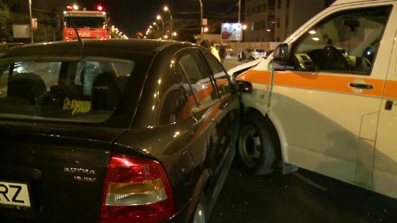 Accident in care a fost implicata o ambulanta MApN, in Capitala. La cativa metri insa, politistii au descoperit ceva mai grav