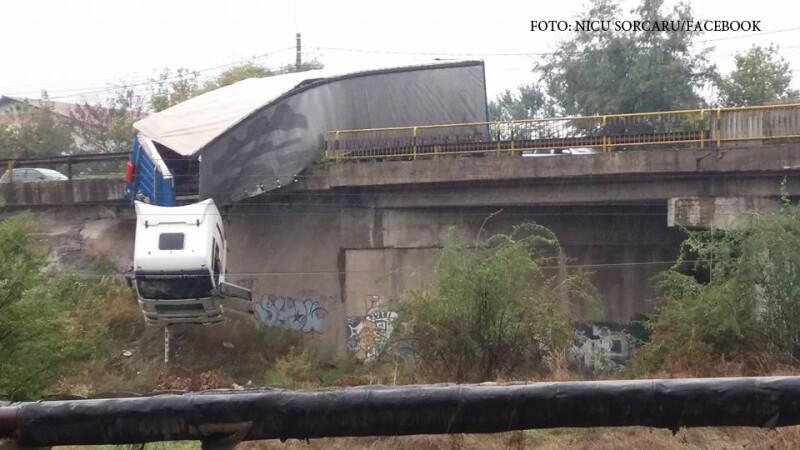 Accident spectaculos in judetul Galati. UN TIR a ramas suspendat de podul din Tirighina