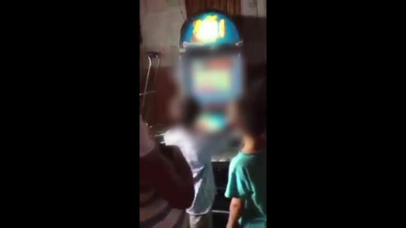 Doi copii au fost filmati in timp ce jucau la pacanele intr-un bar din Vaslui. Cat au castigat la final