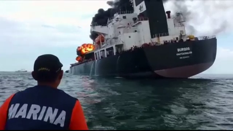 O nava care transporta benzina a luat foc. Compania petroliera sustine ca nu e niciun pericol pentru populatie