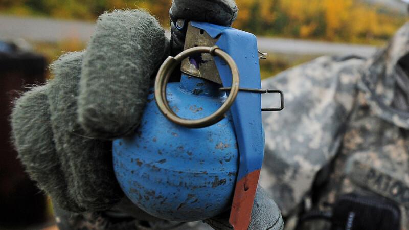 barbat cu o grenada in mana
