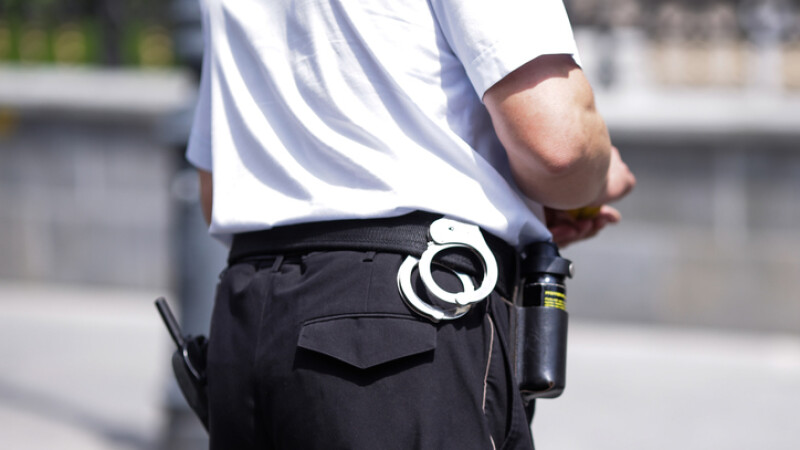 politist cu catuse in strada