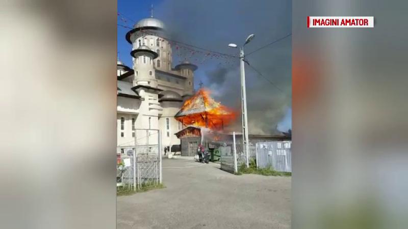 Un incendiu puternic a mistuit o biserica veche din Bacău