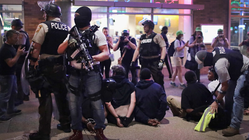 Proteste violente în St Louise
