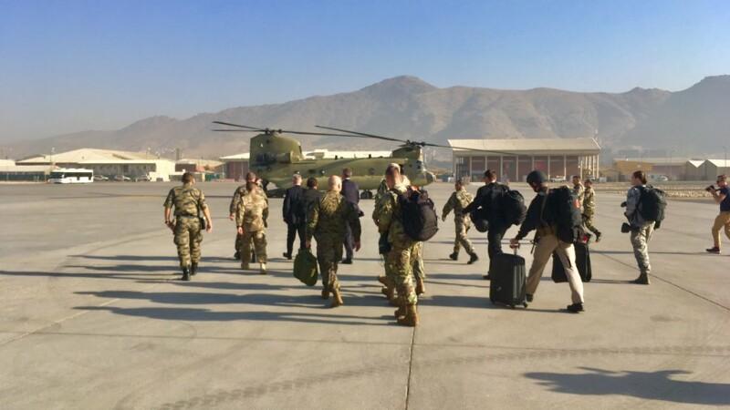 Jim Mattis pe aeroportul din Kabul