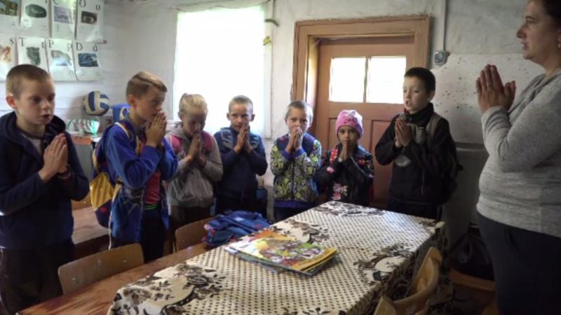Cea mai mică școală din România. Cei 10 elevi merg zilnic pe jos 4 ore până la ea