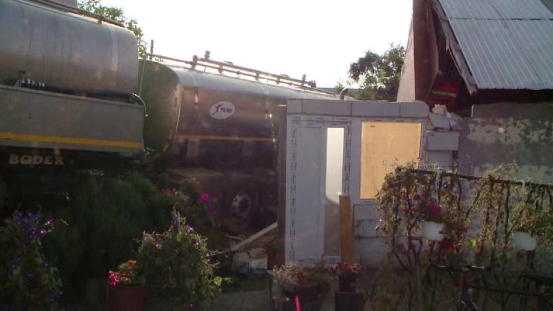 Şoferul care a intrat cu o autocisternă într-o casă din Iaşi s-a predat. Ce a declarat