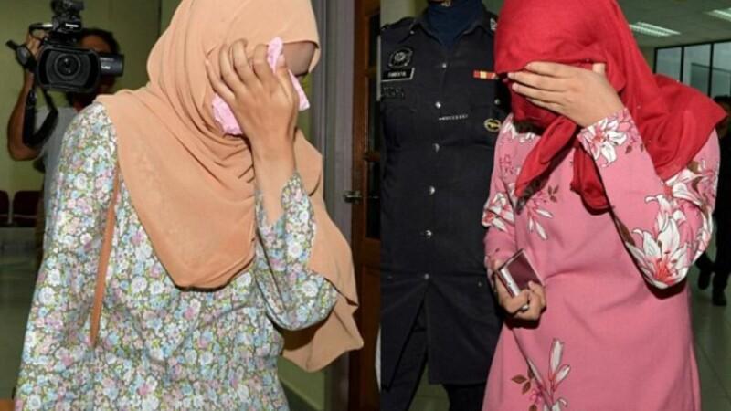 Ipostaza în care au fost surprinse două lesbiene într-o mașină în Malaysia. Au fost bătute