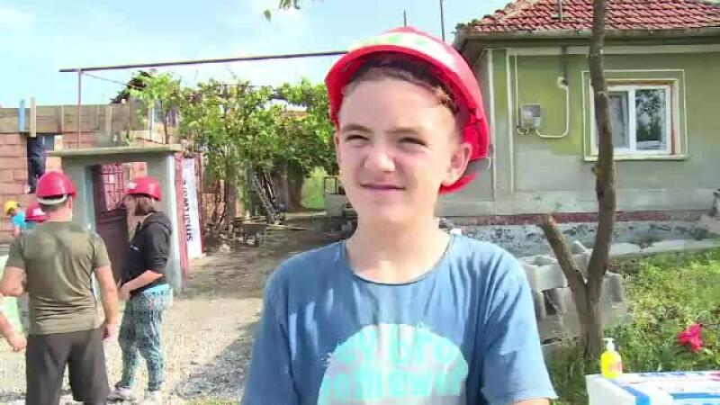 Rămas fără părinți, un copil de 13 ani din Bihor primește o casă nouă cu ajutorul unor voluntari