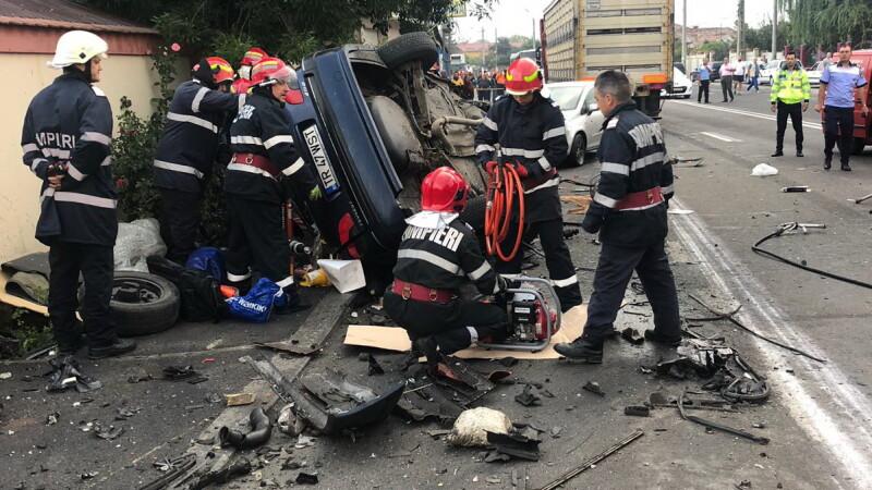 Accident grav în Ilfov. Un TIR s-a ciocnit frontal cu un autoturism. FOTO