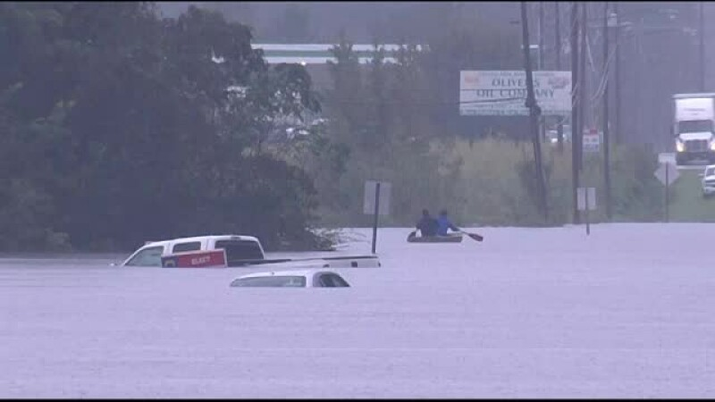 Viituri record aduse de furtuna Florence în Carolina de Nord. Un iaht din port a ajuns în fața unei case