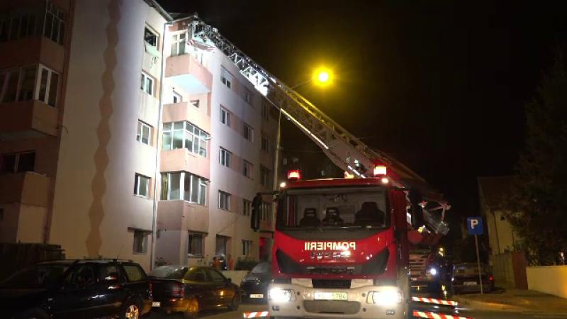 Incendiu violent într-un bloc din Alba Iulia. Două persoane au avut nevoie de îngrijiri medicale