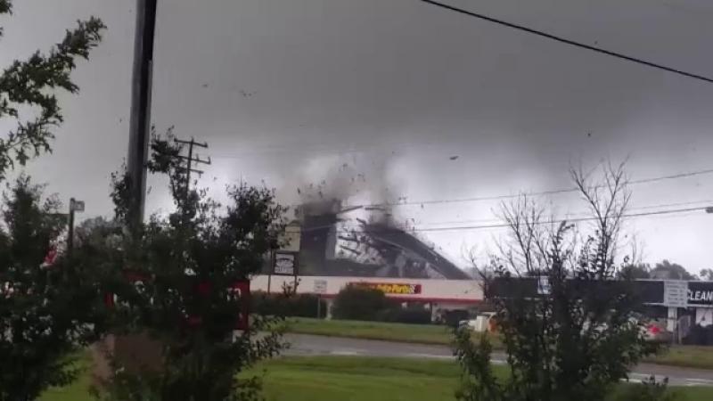 Momentul în care sediul unei firme din SUA este spulberat de o tornadă
