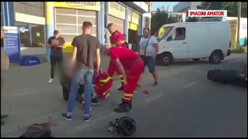 Motociclistă lovită de un microbuz, la Pitești. Manevra pe care nu a observat-o șoferul