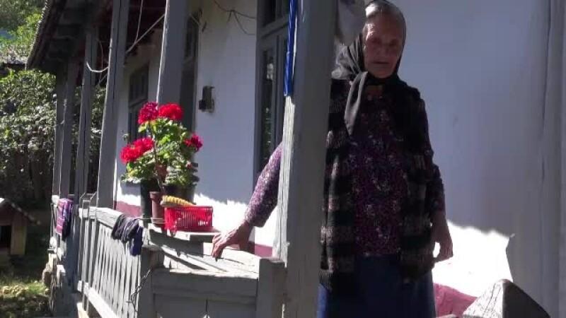 O bătrână aproape oarbă din Neamţ a reuşit să învingă 2 hoţi