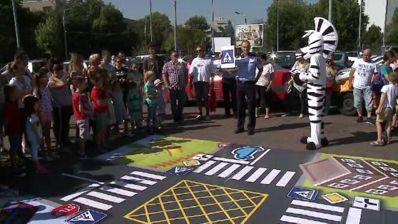 Copiii, învățați de polițiști cum să traverseze. În acest timp, adulții treceau pe roșu sau pe mijlocul străzii