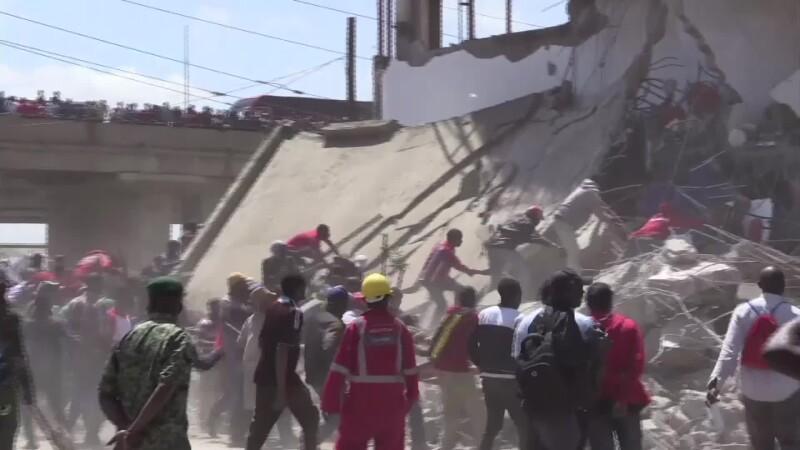 Zeci de kenyeni, filmaţi când jefuiesc o clădire demolată cu câteva secunde înainte
