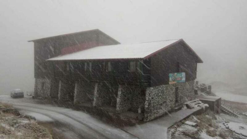 Prima ninsoare din această toamnă, la Bâlea Lac. Salvamontiştii au intervenit pentru salvarea a doi turişti