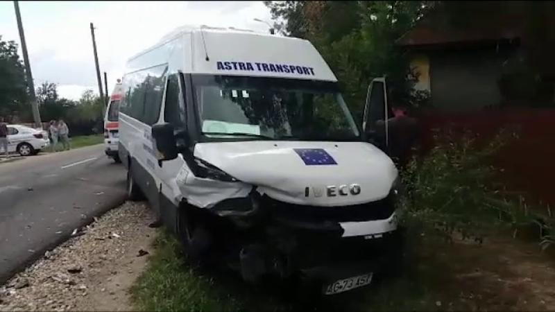 Un șofer de 26 de ani a intrat pe contrasens și a lovit un microbuz. Bilanțul accidentului