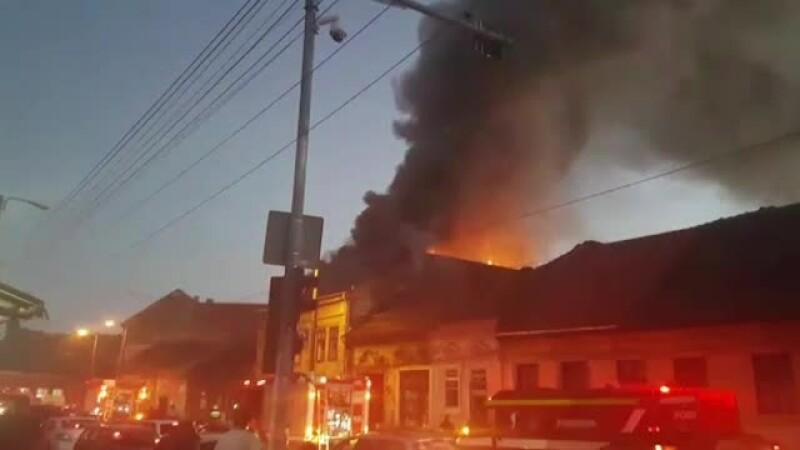 Incendiu violent în Timişoara. Câțiva locatari amenințați cu evacuarea ar fi dat foc unui imobil