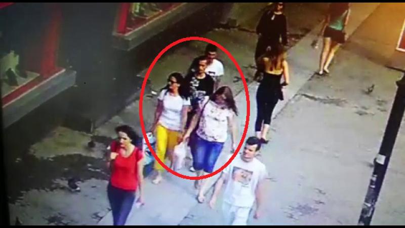 Momentul în care o tânără este jefuită de doi bărbați, în Iași. Ce au făcut cu cardul ei