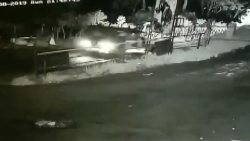 Momentul în care un copil de 1 an a căzut din mașină. Când și-au dat seama părinții
