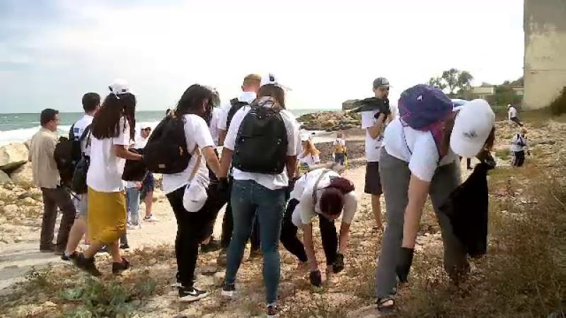 Ambasadori, oficiali C.E. și elevi au strâns gunoaiele lăsate de turiști pe litoral