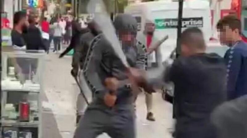 Bătaie cu săbii și cuțite într-o zonă aglomerată din Londra