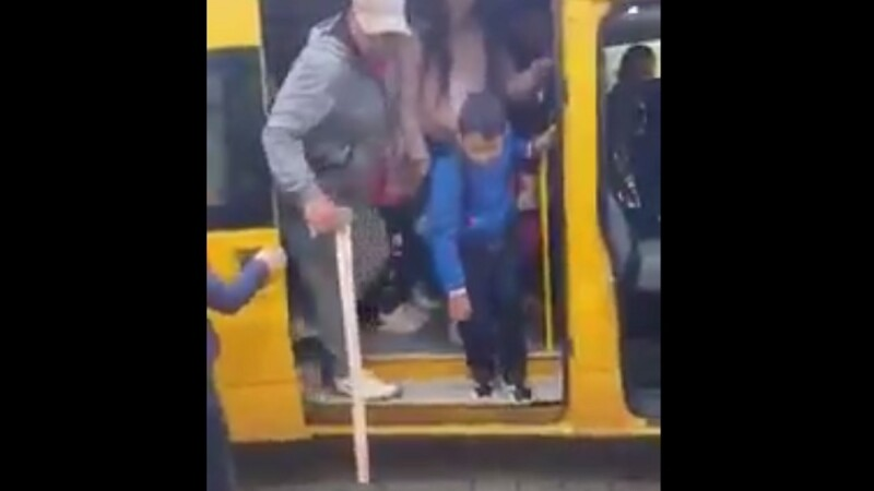 Bărbat filmat cu toporul în mână într-un microbuz școlar