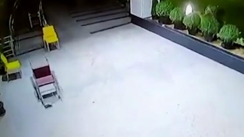 Panică într-un spital. Scaun cu rotile, filmat când se plimbă singur