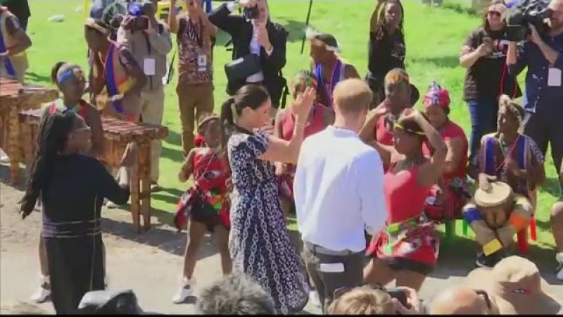 Meghan Markle și prințul Harry au dansat cot la cot cu localnicii în Africa de Sud