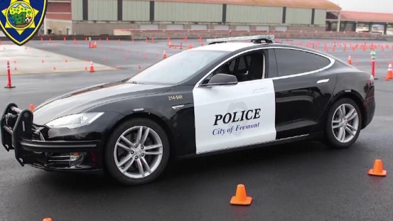 O mașină de poliție Tesla a rămas fără baterie în timp ce urmărea un suspect. Ce a urmat