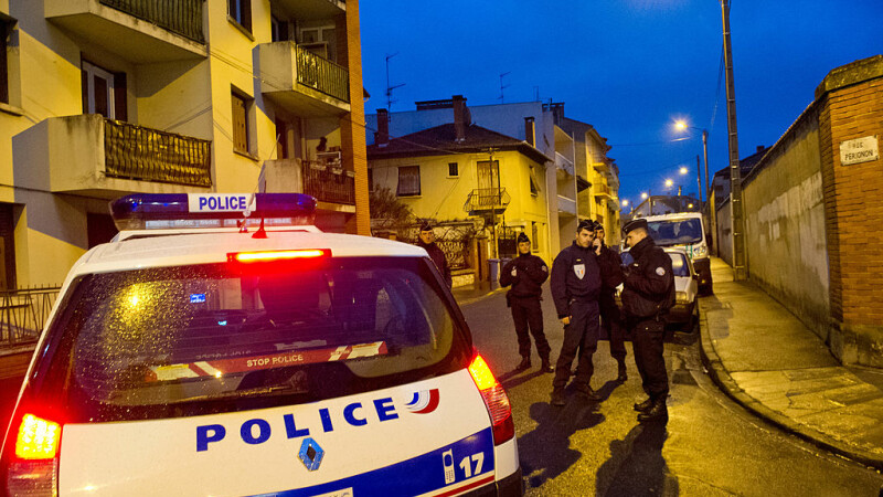 Minor român, arestat în Franța după ce a fost găsit în genunchi lângă mama sa vitregă moartă și plină de sânge