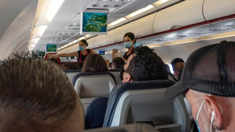 E incredibil ce au ajuns să vândă companiile aeriene pentru a face rost de bani: de la alune, la călătorii spre nicăieri
