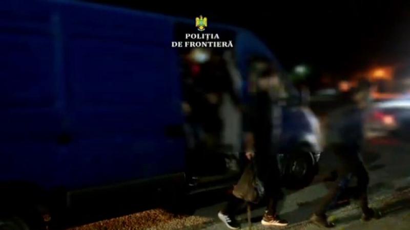 Ghinion pentru 16 migranți. Au fost prinși la frontieră în Timiș, după ce microbuzul lor a făcut pană