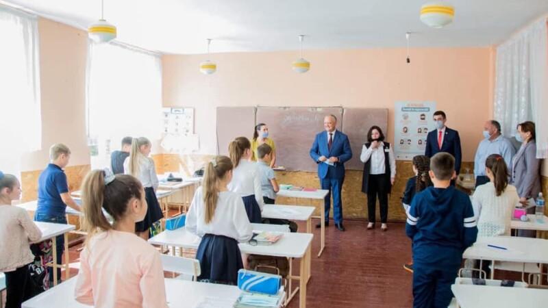 Igor Dodon, fără mască între copiii dintr-o școală. Reacția extrem de dură a ministrului Educației