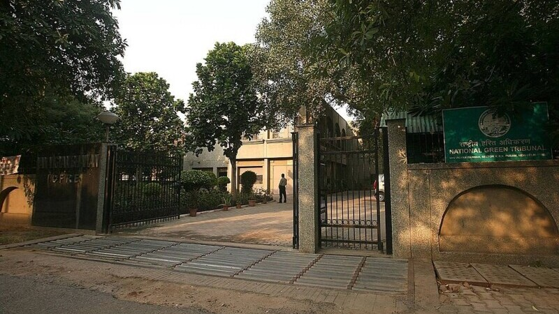 VIDEO. Un gangster a fost asasinat într-o sală de judecată a tribunalului din Delhi. Ucigașii s-au dat drept avocați