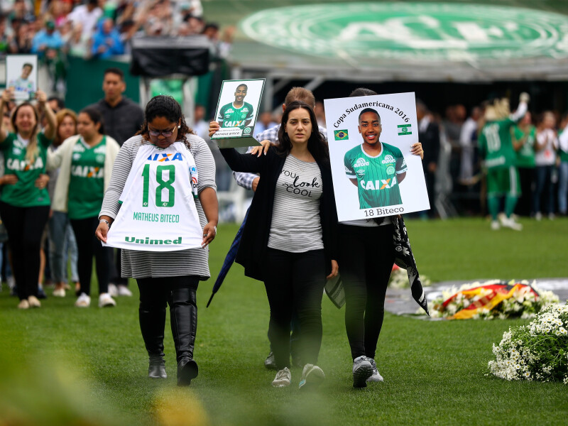 Imagini cutremuratoare. Sute de mii de oameni si-au luat adio de la jucatorii lui Chapecoense, in Brazilia, inainte ca acestia sa fie inmormantati