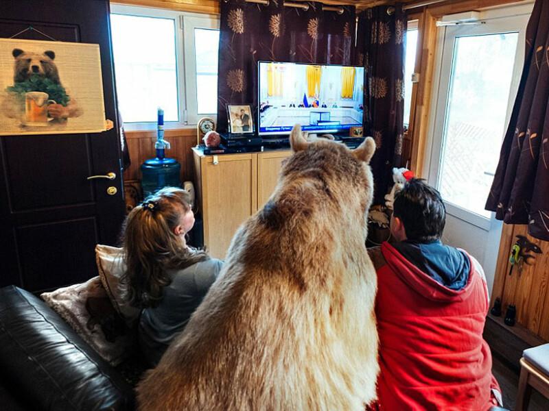 Familia care traieste in casa cu cel mai neasteptat animal de companie: un urs de 400 de kilograme | FOTO