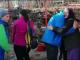 Mai mulți tineri au oferit în dar alimente bătrânilor dintr-un sat izolat de munte