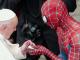 Un bărbat îmbrăcat în Spiderman, invitat surpriză al Papei Francisc la Vatican