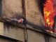 Un tânăr s-a refugiat pe faţada blocului, după ce apartamentul i-a luat foc.