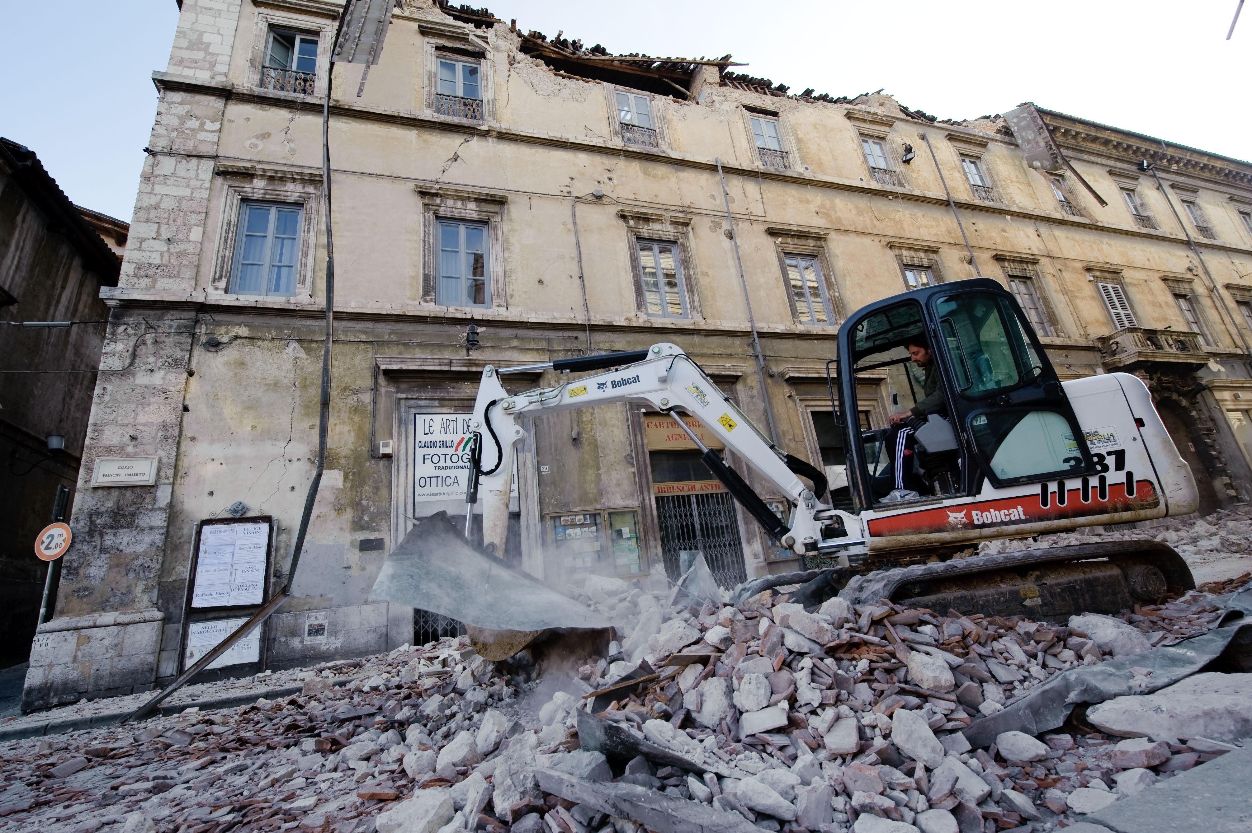 Exista viata dupa cutremur: Cladirile nesigure trebuie puse la pamant!