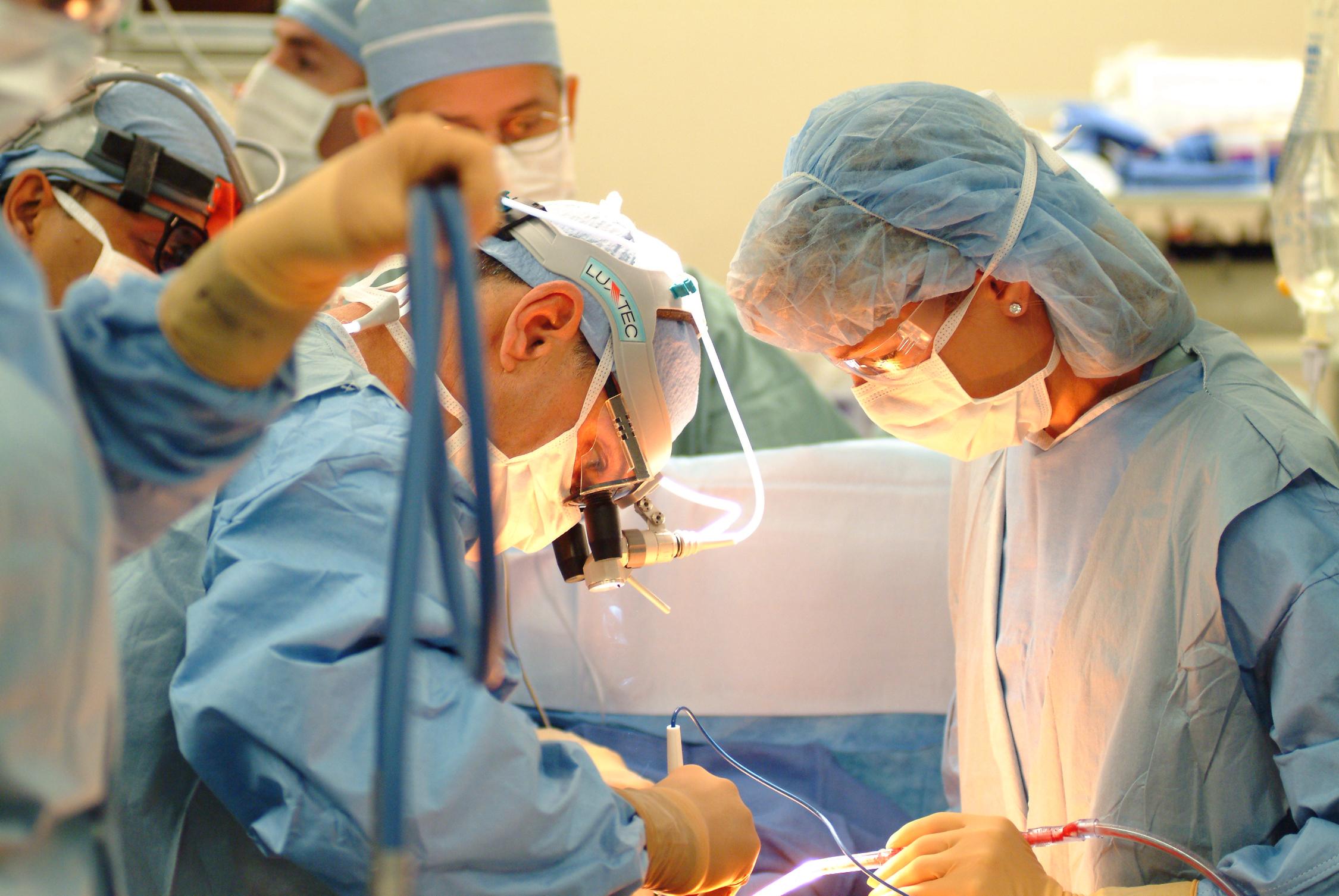 Baiatul bolnav de cancer a fost operat. Custodia tatalui, anulata temporar
